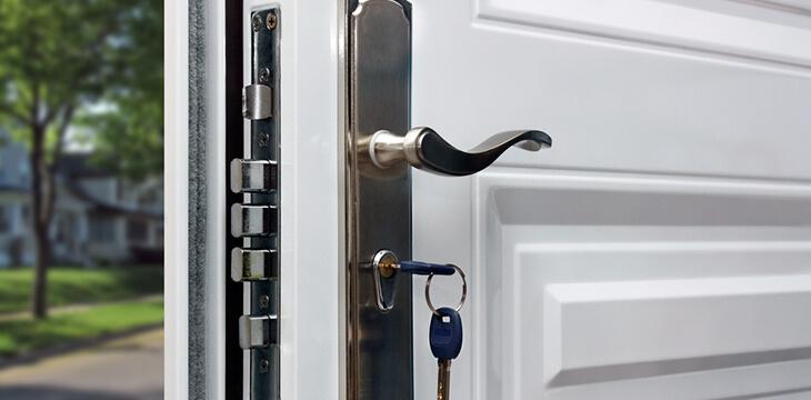 Белая крашеная металлическая дверь