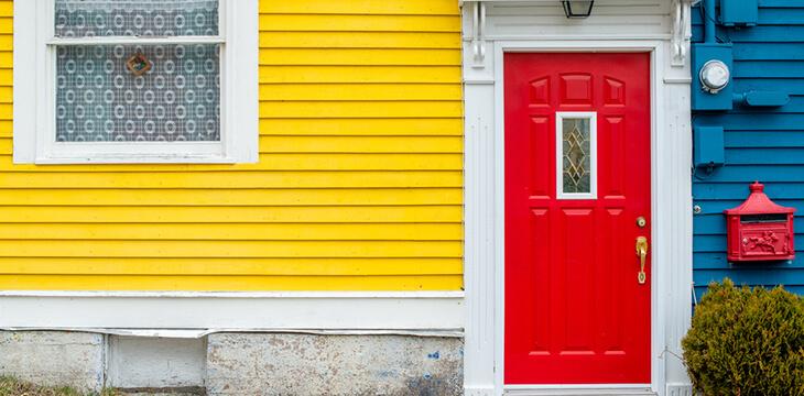 Крашеная уличная дверь